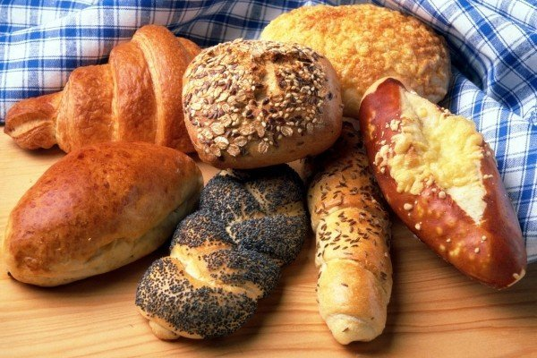 bread-and-buns-on-table